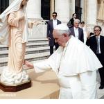 http://www.elblogdecynthia.com/wp-content/uploads/2015/05/El-Papa-bendice-una-estatua-de-Medjugorje-799x675.png
