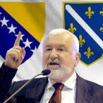 http://www.bosnjaci.net/foto/mustafacericzastave.jpg