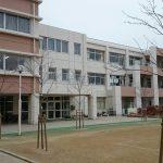 https://upload.wikimedia.org/wikipedia/commons/1/1e/Ikeda_elementary_school%2C_Osaka%2C_Japan%2C_March_2015.jpg