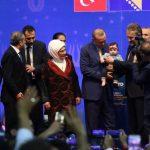 http://dnevnik.ba/sites/default/files/styles/dnevnik__840x470_/public/novosti-slike/erdogan_zetra_beba.jpg?itok=DkJOSLYy
