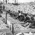 http://cdn.jornalgrandebahia.com.br/2015/11/Prisioneiros-esmagam-pedras-no-gulag-do-Mar-B%C3%A1ltico-Canal-em-1932.jpg