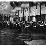 https://upload.wikimedia.org/wikipedia/commons/thumb/1/10/Vredesconferentie_Den_Haag%2C_Tweede_1907_-_Second_Peace_Conference_The_Hague_1907.jpg/310px-Vredesconferentie_Den_Haag%2C_Tweede_1907_-_Second_Peace_Conference_The_Hague_1907.jpg