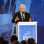 http://bi.gazeta.pl/im/75/32/16/z23274101V,Prezes-PIS-Jaroslaw-Kaczynski-podczas-konwencji-pa.jpg