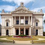 https://upload.wikimedia.org/wikipedia/commons/thumb/a/aa/Mesto_Brno_-_Mahenovo_divadlo_2.jpg/1200px-Mesto_Brno_-_Mahenovo_divadlo_2.jpg
